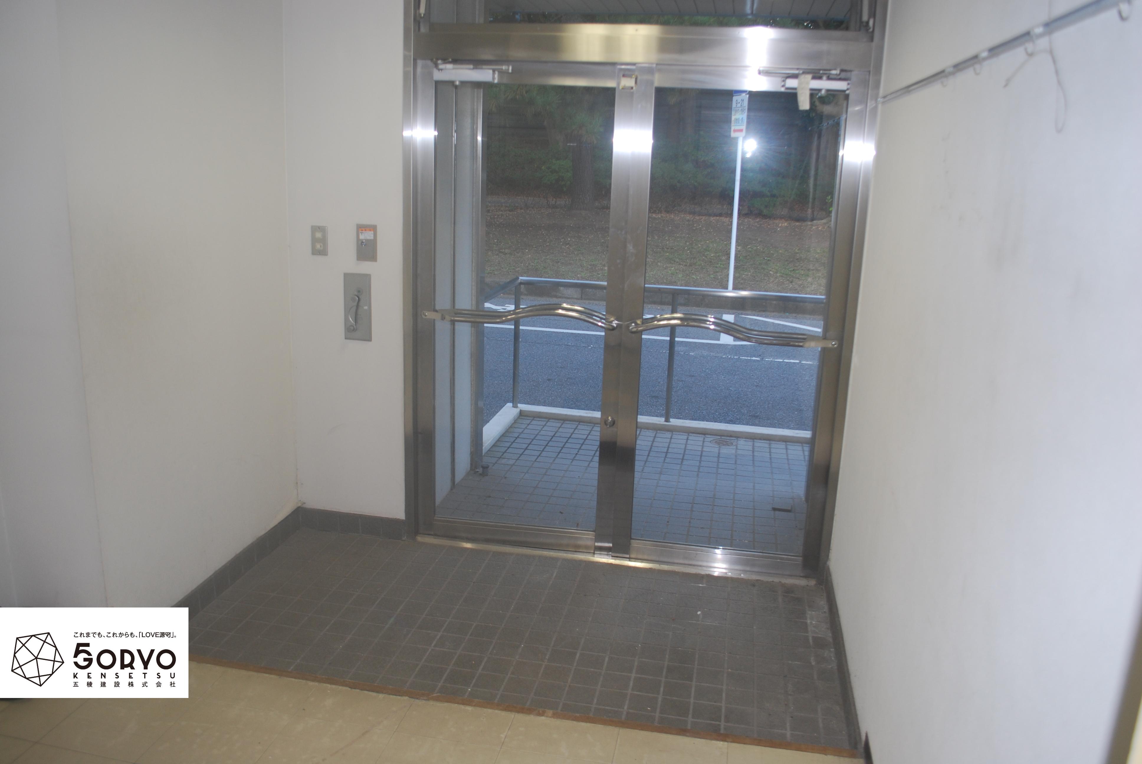 千葉市美浜区ビルを保育園へリノベーション、入口エントランス:施工前
