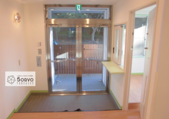 千葉市美浜区ビルを保育園へリノベーション、入口エントランス