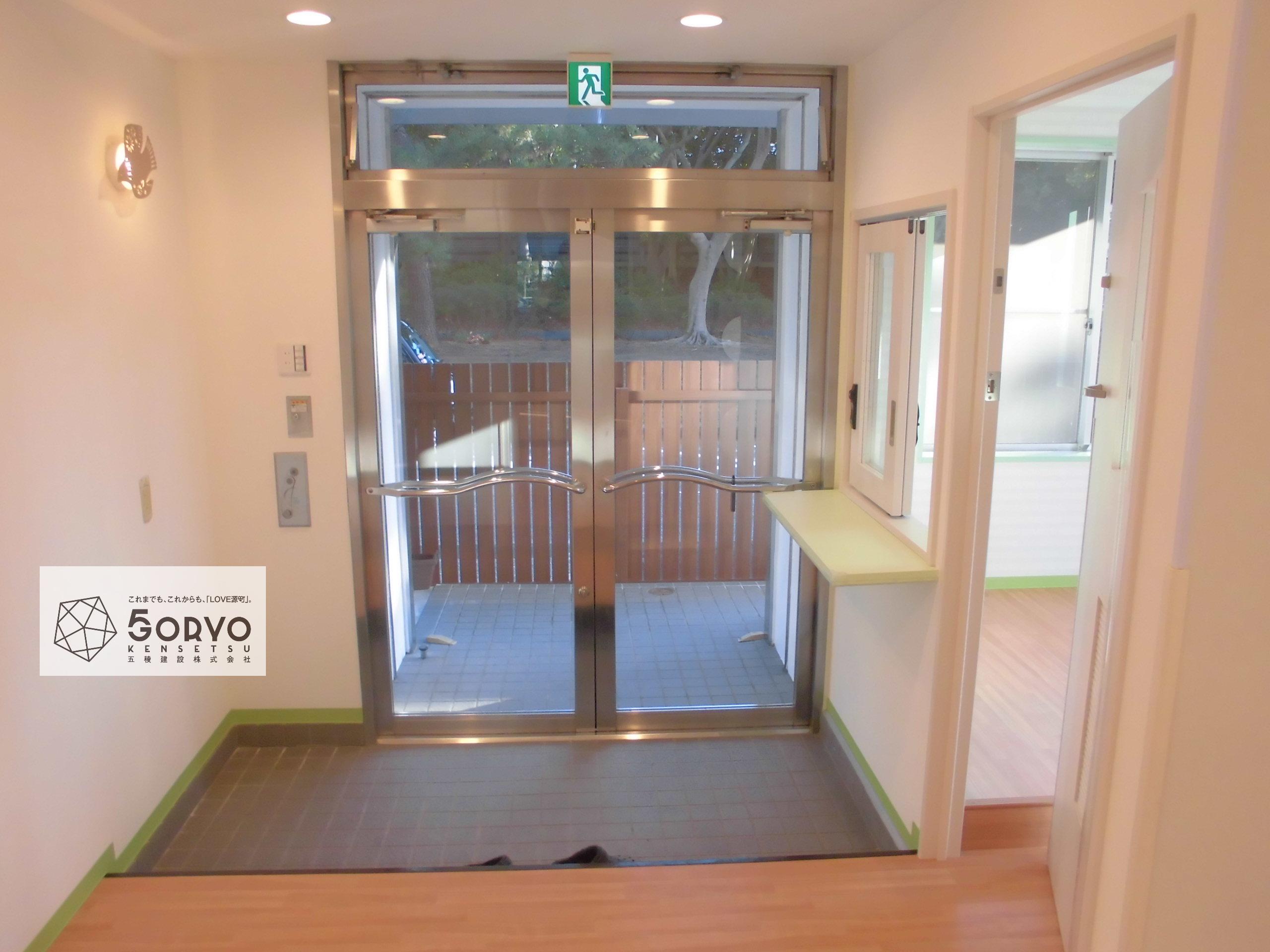 千葉市美浜区ビルを保育園へリノベーション、入口エントランス:施工後